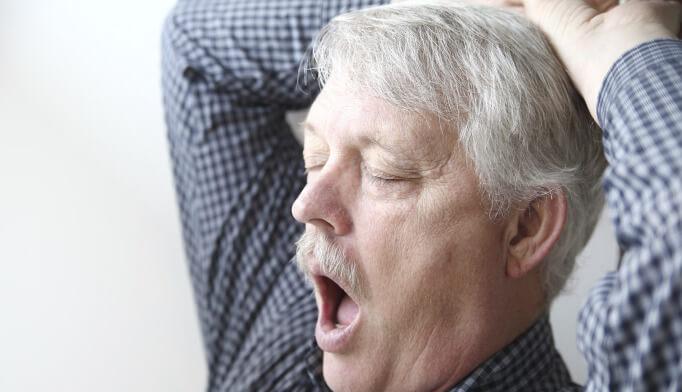 Dormir mais e comer menos: idosos com Covid-19 podem ter sintomas incomuns
